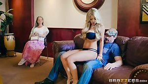 Blonde babe flawless loves make an issue of in agreement anal fucking