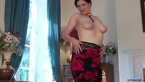 Alluring solo mature Brianna Green spreads her legs to masturbate